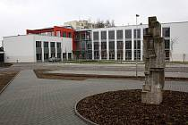 V létě se bude otvírat zmodernizovaná centrála Regionální knihovny v Karviné-Mizerově. Změnilo se i okolí knihovny, přibylo parkovacích míst. Dokončení rekonstrukce knihovny a otevření se však oproti plánu o pár týdnů opozdí