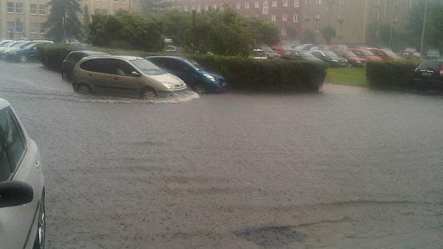 Liják zaplavil parkoviště před havířovským magistrátem.
