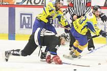 Havířovští hokejisté (černé dresy) prohrávali s Přerovem už o tři branky, ale nakonec vydřeli výhru v prodloužení.