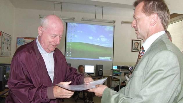 Studovat se dá v každém věku. Panu Rudolfu Varkočkovi je jednaosmdesát let a byl nejstarším absolventem.