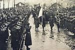 Převoz československých vojáků padlých během bojů o Těšínsko do Orlové v roce 1922.