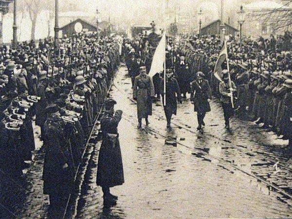 Převoz československých vojáků padlých během bojů oTěšínsko do Orlové vroce 1922.