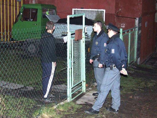 Muž vysvětluje policistům, kde se vzalo na jeho zahradě uhlí.