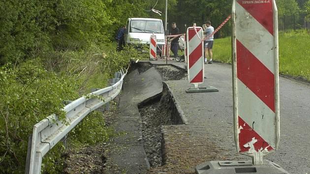 Vodou poškozená silnice v Karviné