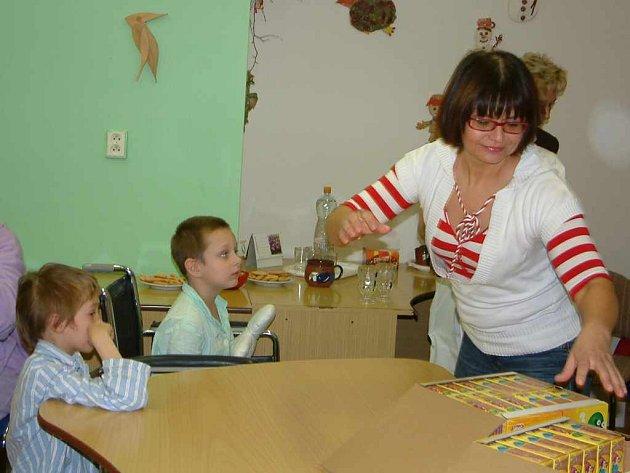 Ivana Andrlová rozdávala v nemocnici dárky malým pacientům .