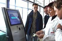Pacient je povinen si před ošetřením zaplatit regulační poplatek. Z přístroje vyjedou dvě stvrzenky, které lékař vyplní a jednu vrátí zpět pacientovi. Druhá stvrzenka zůstává nemocnici jako doklad.