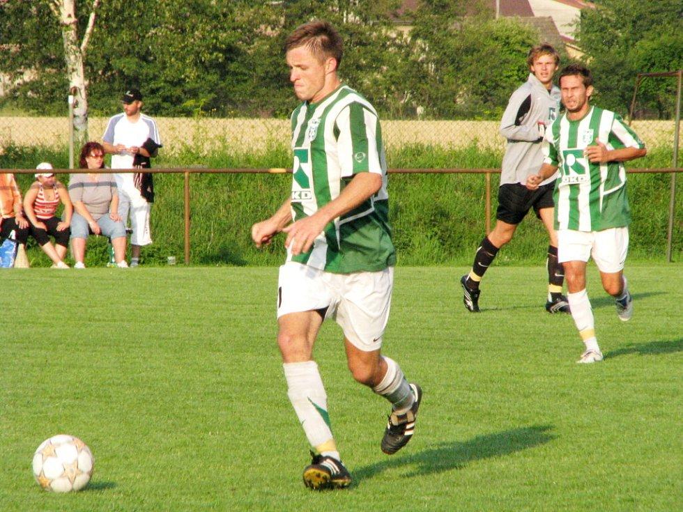 Karvinští fotbalisté (v pruhovaných dresech) v přípravě v Petrovicích vyhráli 6:2.