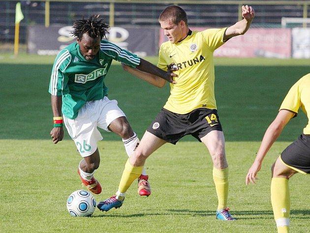 Jaký bude osud Kamerunce Tchamiho (vlevo) ve fotbalovém klubu MFK OKD?