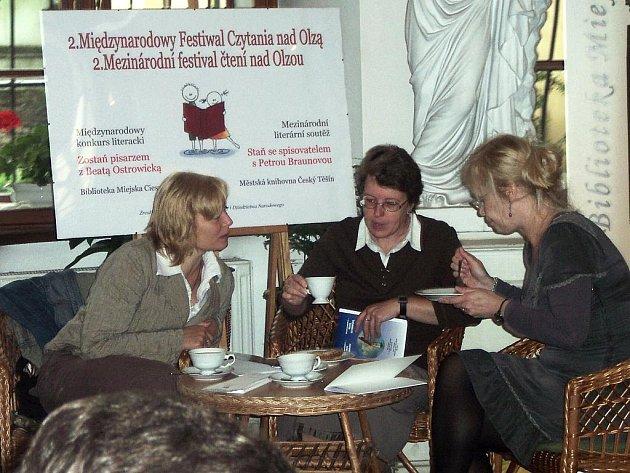 Vyhodnocení dětské soutěže tvůrčího psaní Staň se spisovatelem s Petrou Braunovou (na snímku vpravo sedící)  - Zostań pisarzem z Beatą Ostrowicką proběhlo za přítomnosti obou autorek.