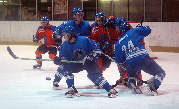 Orlovští hokejisté (v modrém) vstupují do nové sezony.