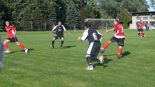 Dětmarovičtí fotbalisté (v červeném) odehráli ve Věřňovicích derby s Horní Suchou. Překvapivě ale prohráli.