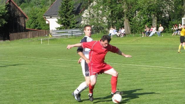 Stonavský Vojtěch Minárik (v červeném) táhl svůj tým k udržení v soutěži.