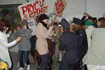 Studenti orlovského gymnázia připomněli události 17. listopadu.