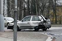 Zdemolovaný vůz po nehodě u Podloubí