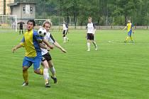 Stonava (modrožluté dresy) si v derby proti Horní Suché připsala tři body.