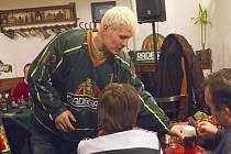 Pondělní večer se v karvinské restauraci Baron nesl ve znamení hokejové debaty členů HC Karviná s fanoušky, dobré nálady a pěnivého moku značky Radegast.
