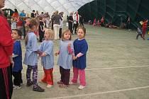 Olympiáda dětí z mateřských škol, kde hlavní výhrou byl obrovský plyšový medvěd.