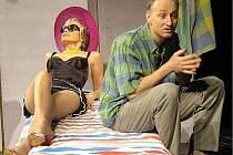 Komedie Nebyla to pátá, byla to devátá s herci jako Jana Švandová a Jaroslav Carda pobaví návštěvníky letošního divadelního festivalu Karviná 2008.