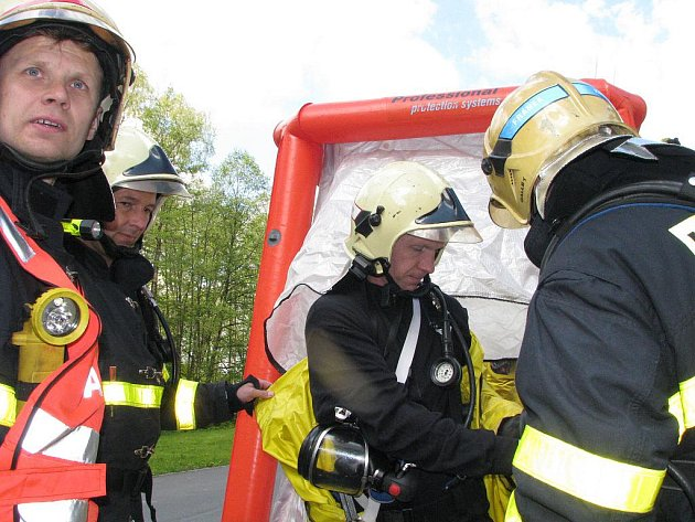 Havířovští hasiči trénovali zásah a záchranu člověka v kanále zaplněném čpavkem