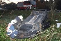 Auto po smyku sjelo z vozovky a převrátilo se. O vrak se postarali šenovští dobrovolní hasiči.