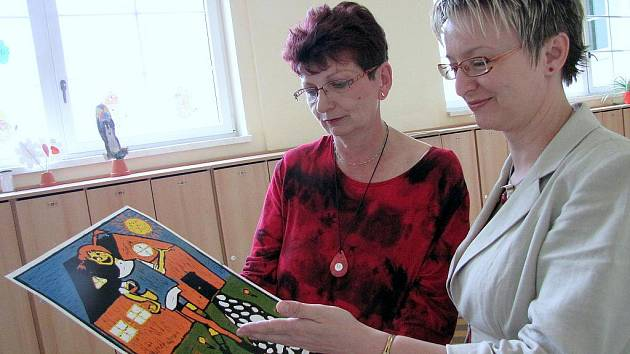 Kurátorka výstavy s obrazem v ruce Jiřina Sivá.