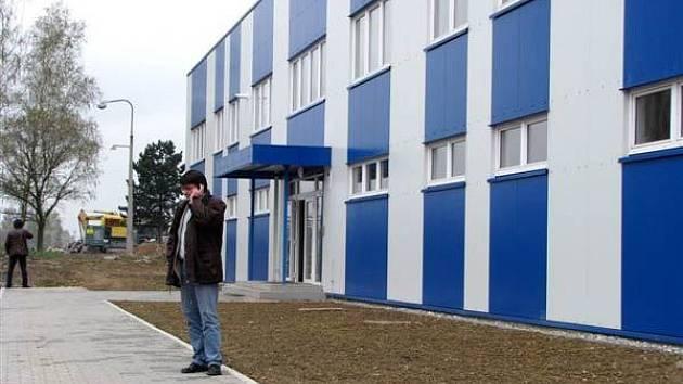 Průmyslová zóna v areálu bývalého Dolu František v Horní Suché se pyšní zbrusu novou výrobní halou, ve které už brzy najde práci více než čtyřicet lidí. Ti se budou podílet na výrobě plastových výrobků hlavně pro kosmetický a farmaceutický průmysl.