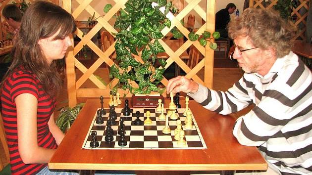 Jaroslav Olšar (vpravo) s dcerou Karolínou se ve vzájemném duelu spokojili s remízou.