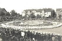 Dětské radovánky na sokolském cvičišti v roce 1936 ve staré Karviné.
