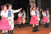 Akademie ve Společenském domě byla plná tance. Na snímku členové souboru Vonička.