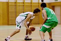 Z basketbalového utkání Karviná (v bílém) - Šumperk.