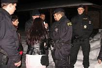 Policisté, včetně posil ze speciální pořádkové jednotky, kontrolovali v noci z pátku na sobotu hosty restauračních zařízení.