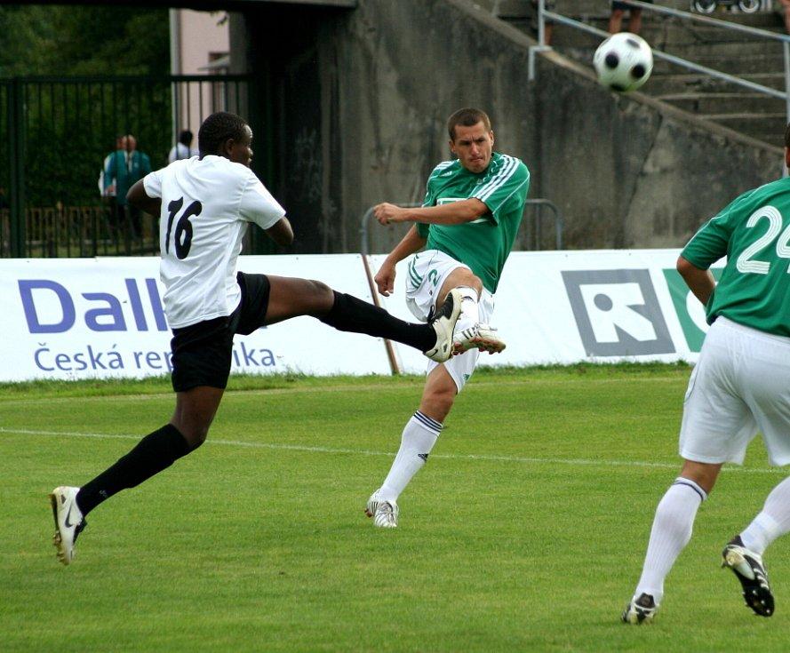 Karvinští fotbalisté (v zeleném) přehráli exligový Most 2:0.