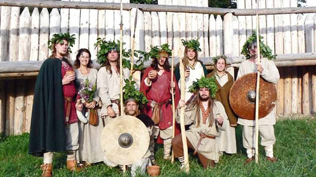 Členové skupiny historického šermu Tizon.