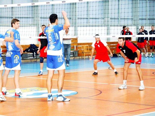 Volejbalisté Slavie Havířov vstoupí dnes do vyřazovacích bojů, jejíž vítěz si v příští sezoně zahraje extraligu.
