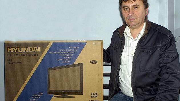 Vítěz tipovací soutěže našich týdeníků Jan Filip z Věřňovic si vyzvedl výhru – LCD televizor.