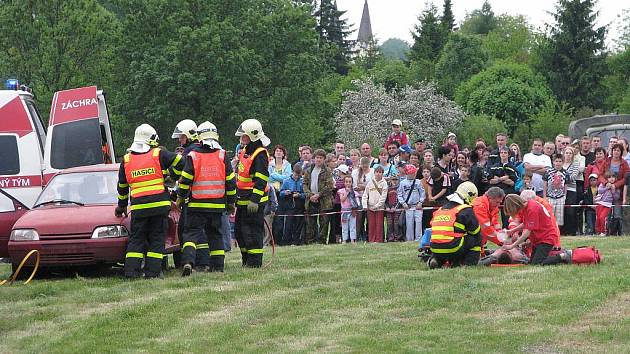 Ukázka záchrany posádky havarovaného vozidla na Dni bezpečnosti v Orlové