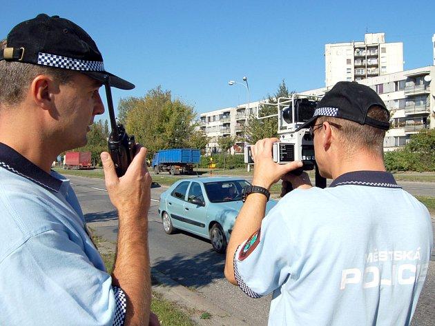 Strážníci při měření rychlosti