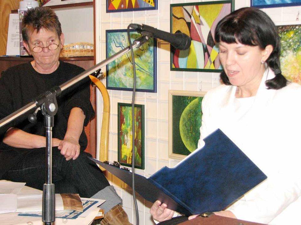 Jindra Zlámalová (vlevo) a Iva Savková při autorském čtení.