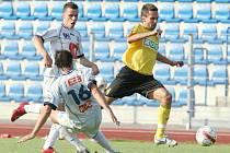 Karvinští fotbalisté (ve žlutém) zvítězili v Ústí a získali první tři body.