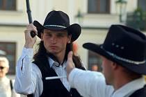 """Kovbojové z Karviné. Jiří """"Chicco"""" Strouhal junior a Mirek """"Simír"""" Černý (vpravo) předvádějí ekvilibristické kousky například s bičem."""