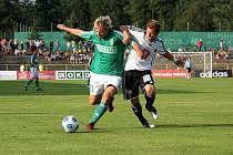 Karvinští hráči (v zeleném) doma prohráli s Hradcem 0:1. Vlevo Filip Juroszek.