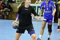 Házenkářky Sokola vstoupily do nové sezony. Na ilustračním snímku Olina Klosová (s míčem).