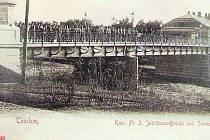 Dobová pohlednice zachycuje Jubilejní most v době Rakousko-uherské monarchie.