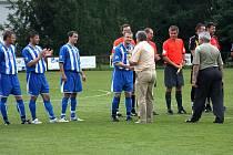 Bohumínští fotbalisté přebírají z rukou předsedy OFS Karviná Jiřího Lincera trofej pro vítěze okresního poháru.