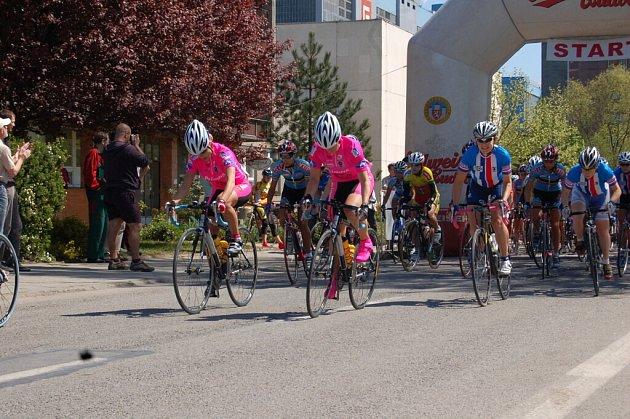 Cyklistky na startu loňského závodu.