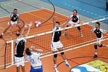 Volejbalisté Slavie Havířov (tmavé dresy) první čtvrtfinále se Zlínem vyhráli 3:1.