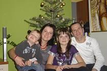 Rodina Slončíků spolu. Zleva malý Davídek, manželka Marie, dcerka Zuzka a hlava rodiny Radek.