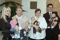Společné foto rodičů s dvojčaty