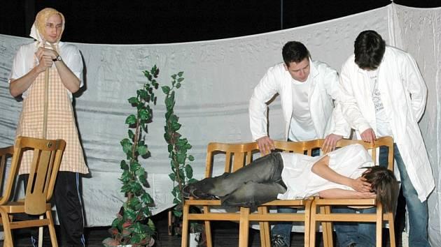 Na snímku záběr z představení Divadla Hvízd Jiřího Kühla.