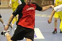 V jednom z předvánočních kol Karvinské Benesport futsalové ligy si za mužstvo Limys zahrál i Jan Laštůvka (vlevo).